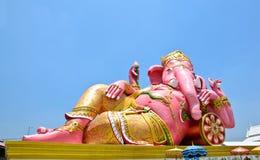 Stora rosa Ganesha kopplar av in poserar, Thailand Royaltyfri Fotografi