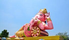 Stora rosa Ganesha kopplar av in poserar, Thailand Royaltyfri Foto