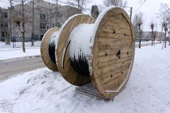 Stora rullar av kopparströmmen för elektrisk kabel arkivfoto