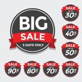Stora Sale etiketter med Sale upp till 30 - 90 procent text på Arkivbilder