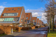 Stora sammanbyggd på en sida medelklassfamiljhus Arkivfoton