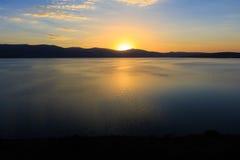 Stora sjö- och solnedgångsikter Arkivfoton