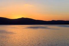 Stora sjö- och solnedgångsikter Royaltyfri Bild