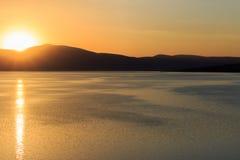Stora sjö- och solnedgångsikter Royaltyfria Foton