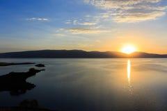 Stora sjö- och solnedgångsikter Arkivbild