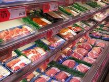 Stora skarvar av kött i en lagerkyl. fotografering för bildbyråer