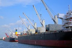 Stora skepp med päfyllningskranar Arkivbild