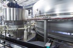 Stora skinande behållare och rör i bryggeriet Ochakovo Arkivfoton