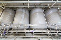 Stora skinande behållare och rör i bryggeriet Ochakovo Royaltyfri Bild