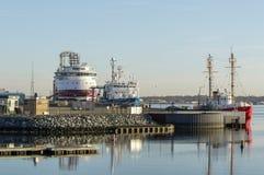 Stora skyttlar i den New Bedford hamnen Arkivfoton