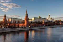 Stora slottar och kyrkor för MoskvaKreml från Moskvafloden på solnedgången royaltyfria bilder