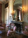 Stora spegel, ljuskrona och furnitures på den Versailles slotten Arkivbild