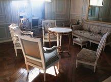 Stora spegel, ljuskrona och furnitures på den Versailles slotten Royaltyfri Foto