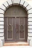 Stora stängda dörrar Arkivbild