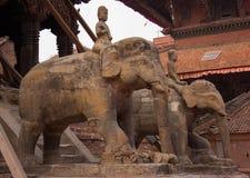 Stora statyer av en elefant i Katmandu royaltyfria foton