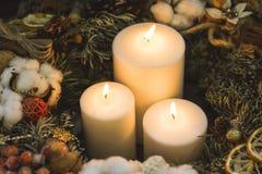 Stora stearinljus för vit jul i en sörjakrans Royaltyfria Foton