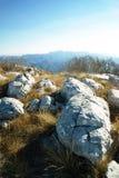 Stora stenar överst av berget Royaltyfri Bild