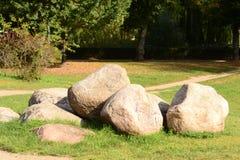Stora stenar i ängen Arkivbilder