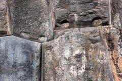 Stora stenar i gammalt murverk Arkivbilder
