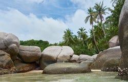 Stora stenar i vattnet Arkivfoton