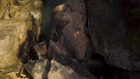 Stora stenar och vaggar i flyg- sikt för bergvattenfallfloden Bergvattenfall i den steniga floden i tropisk skog arkivfilmer