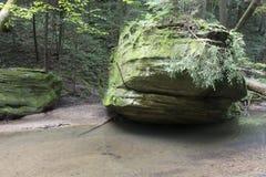 Stora stenblock för Wo bredvid ström royaltyfria foton