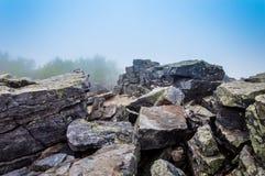 Stora stenblock i dimma på den Blackrock toppmötet, i Shenandoah Nationa Royaltyfri Fotografi