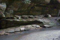 Stora stenblock i ström i gamal mans grottaområde arkivbild