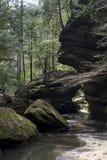 Stora stenblock i ström i gamal mans grottaområde arkivbilder