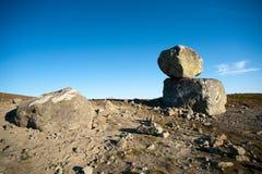 Stora stenblock på bergplatån Valdresflye, Jotunheimen Royaltyfria Bilder
