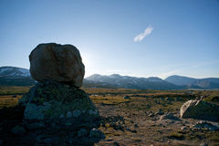 Stora stenblock på bergplatån Valdresflye, Jotunheimen Arkivfoto