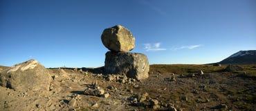 Stora stenblock på det panorama- fotoet för bergplatå, Valdresflye Royaltyfria Bilder