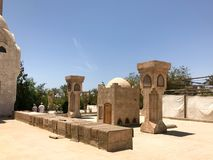Stora stenkolonner i den arabiska muslimska moskén, en tempel för att be till guden med ett imponerande torn i ett varmt tropiskt arkivbilder