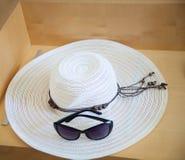 Stora strandhatt och exponeringsglas från sunen arkivfoto
