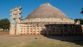 Stora Stupa på denUNESCO världsarvet - buddistiska monument på Sanchi Fotografering för Bildbyråer