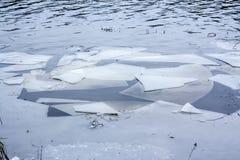 Stora stycken av is på floden Kymijoki, Kouvola, Finland arkivbilder