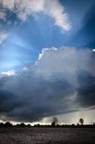 Stora svartvita moln över jordbruksmark royaltyfria bilder