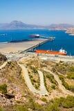 Stora tankfartyg i en port bredvid ett berg Royaltyfri Foto