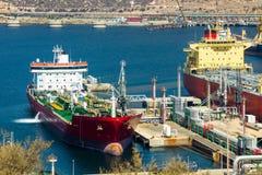 Stora tankfartyg som lastar av råolja Arkivfoton