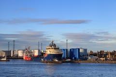 Stora tillförselfartyg i Aberdeen härbärgerar på 27 Januari 2016 Arkivbild