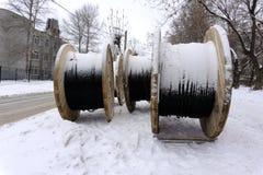 Stora tomma träspolar de nya kabelvalsarna på industriområdet utomhus arkivbilder