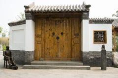 Stora trädörrar asiatKina för antik byggnad, gråa tegelplattor, vita väggar, träfönster arkivbild