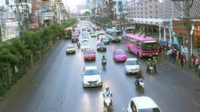 Stora trafikflöden på vägar Bangkok stock video