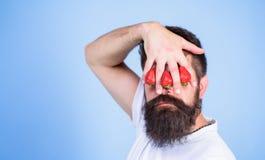 Stora truskawka Obsługuje brodatą modnisia chwyta rękę z truskawkami przed oczami Truskawka na mój umysle Spojrzenie Zdjęcia Stock