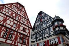 Stora två, härliga och färgrika hus i staden av Rothenburg i Tyskland arkivbilder