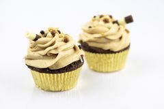 Stora två och läckra muffin som dekoreras med karamellskum och det söta röret royaltyfria bilder