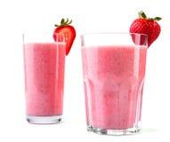Stora två och olika exponeringsglas med förkylning- och rosa färgdrinkar som göras från saftiga och nya röda jordgubbar och, mjöl Royaltyfri Foto