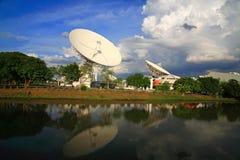 Stora TV-sändningradar, satellit- disk eller radioteleskop Fotografering för Bildbyråer