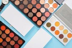 Stora uppsättningar av ögonskuggor och täckstift, skönhetsmedel för yrkesmässig makeupkonstnär royaltyfri fotografi