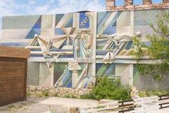 Stora Utrish, Ryssland - Maj 17, 2016: Stiliserad väggmosaik med orden Arkivbild